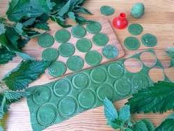 Домашняя зеленая лапша из крапивы