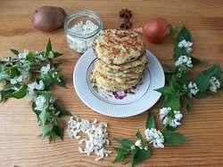 Картофельные оладьи с цветами яснотки белой