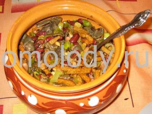 салат с фасолью в томатном соусе, мариноваными грибами морковью и луком