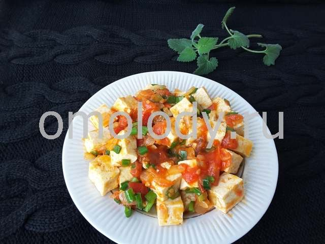 тофу с томатами, луком и зеленью