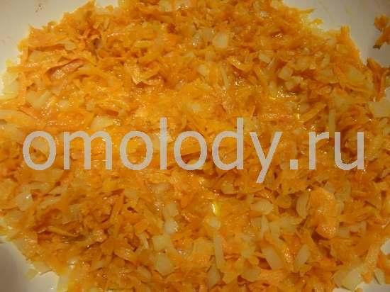 Лук, коренья и морковь обжариваем на растительном масле