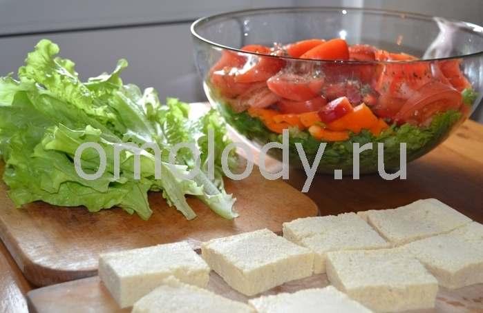 Салат из помидор с маринованным тофу