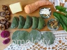 Пельмени тортеллини из зеленого теста с грибами, листьями одуванчиков, морковью и сыром