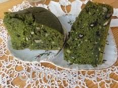 Зеленый кекс из глухой крапивы с орехами и кардамоном