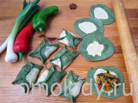 Зеленые пельмени с грибами