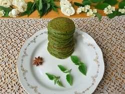 Зеленые оладьи из крапивы с лепестками розы