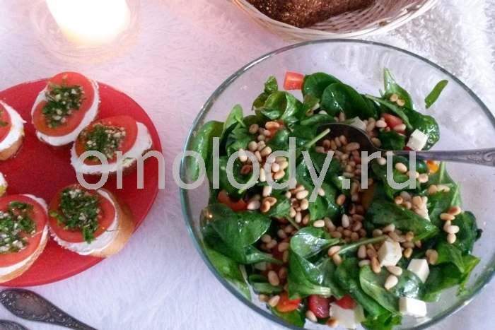 Салат из шпината с тофу и кедровыми орешками