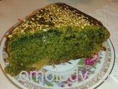 Зеленый кекс из крапивы с яблоками и кунжутом